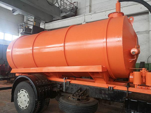 Вакуумная металлическая цистерна установлена на шасси МАЗа